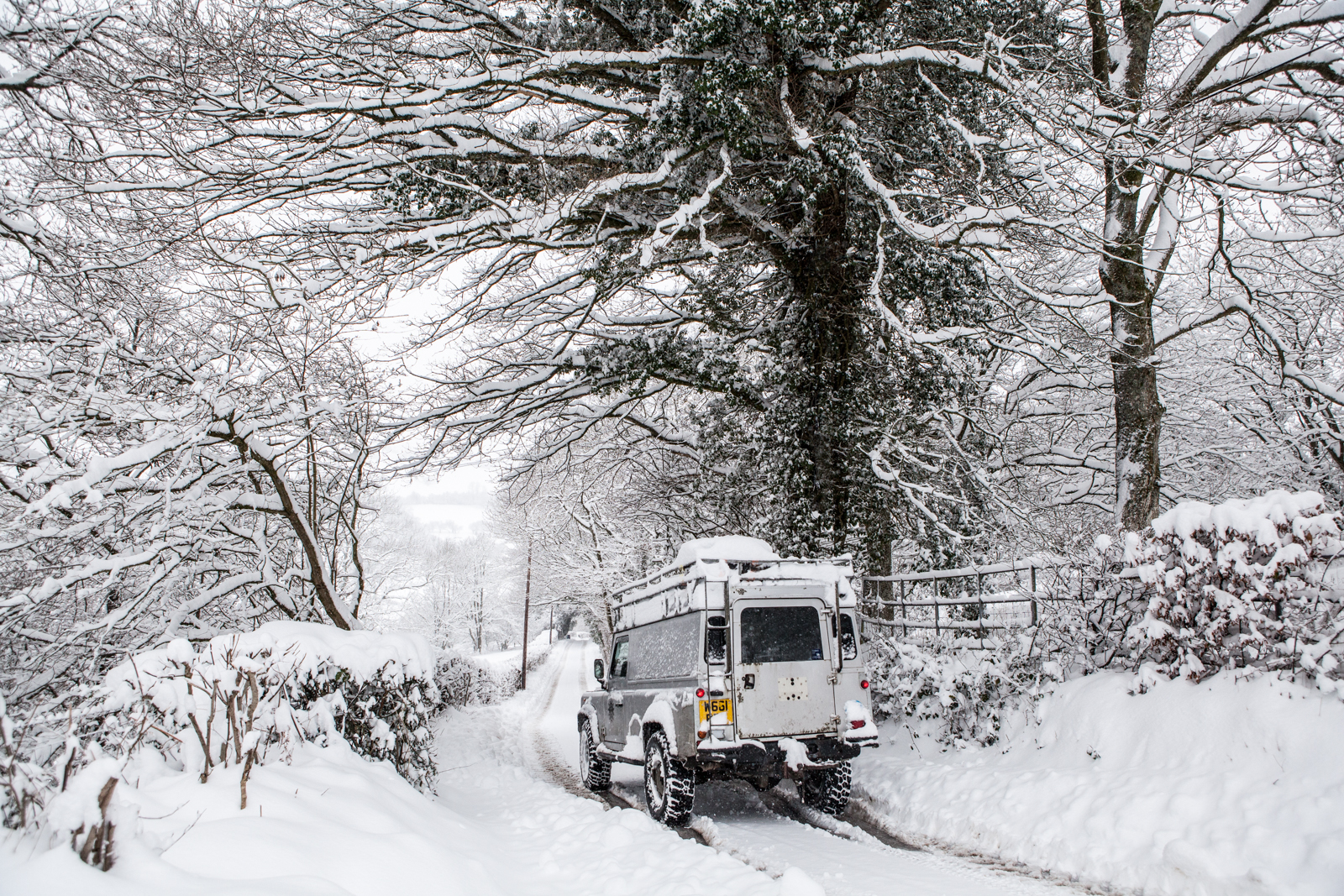 A Land Rover in heavy snow delivering wedding guests to a venue in Kent Wedding Photographer Matilda Delves's winter wedding planning guide
