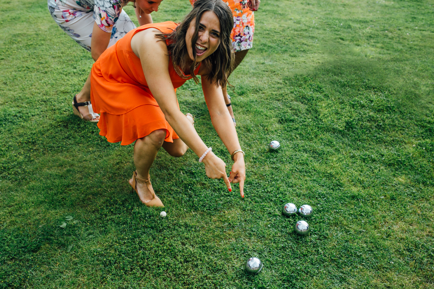 A young woman wedding guest plays lawn games in this guide on how to plan a festival wedding by Matilda Delves a Kent wedding photographer who specialises in natural wedding photography Kent